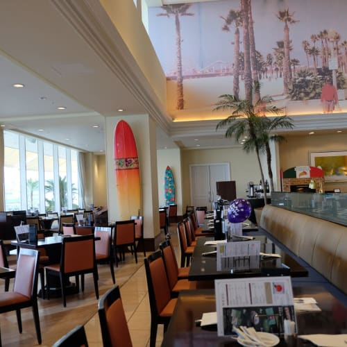 神戸中突堤ターミナルに隣接のメリケンパーク・オリエンタルホテルの「サンタモニカの風」レストラン。https://www.kobe-orientalhotel.co.jp/restaurant/santamonica/ | 神戸