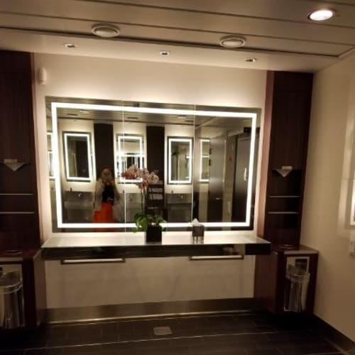 シンプルだけれど鏡の大きい化粧スペース   客船セレブリティ・シルエットの船内施設