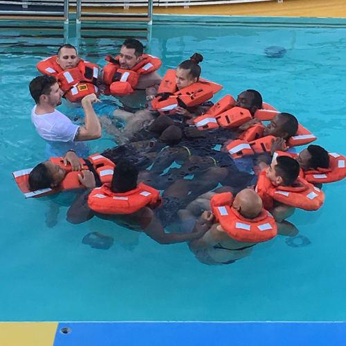 早朝、乗組員によるプールでの遭難時の緊急訓練風景。珍しいので撮りました。