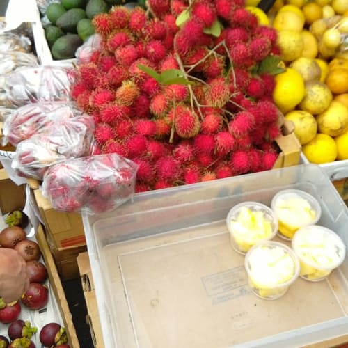 自由市場 左下から果物の女王マンゴスチン 赤いランブータン 右の端がスターフルーツー リンゴのような味です