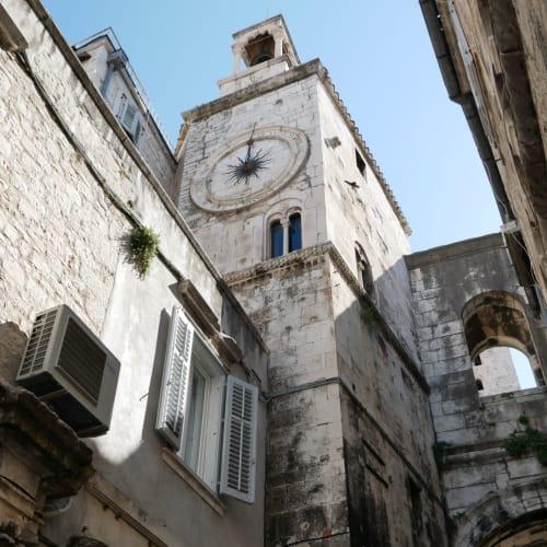 反対側の鉄の門から宮殿を後にして、マルモントヴァ通りを散歩 | スプリト