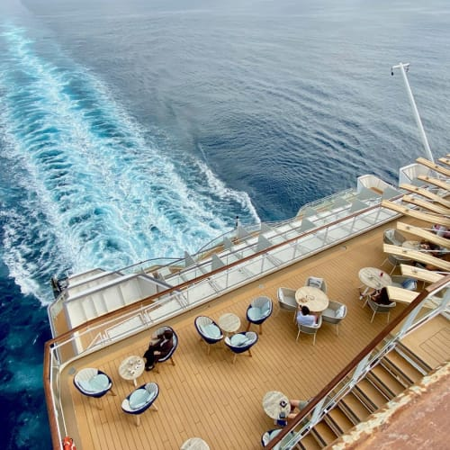 航跡を眺める船尾の様子。船によって、また場所によって様々な表情を見せてくれますね。