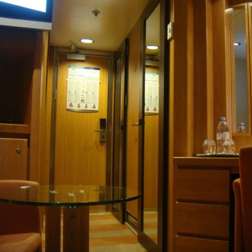 木を基調にした落ち着いた雰囲気です。 | 客船セレブリティ・センチュリーの客室