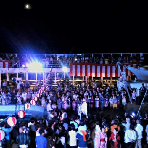 縁日パーティー。とてもイタリアの船とは思えません。 | 客船コスタ・ビクトリアの乗客、アクティビティ、船内施設