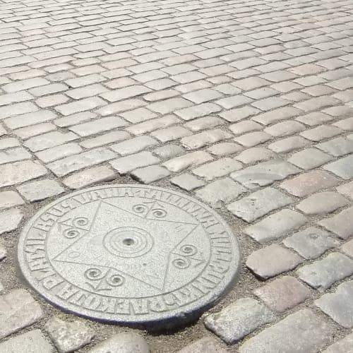 タリン ラエコヤ広場の方位を示す石(この石の上に立つと、5つの尖塔が見えるそうですが、4つしか見つけられませんでした) | タリン