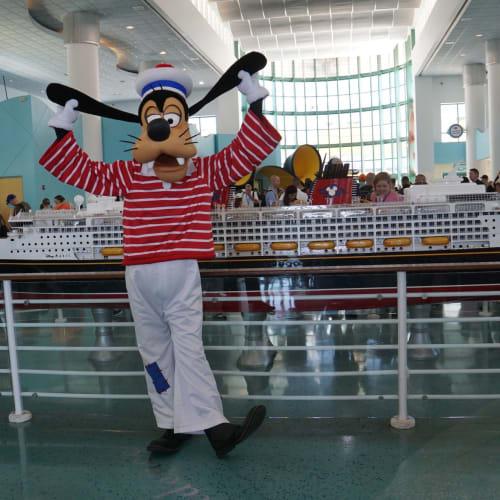 クルーズターミナルでのグリーティングは、直前にミッキーマウス→グーフィーにチェンジされました。 | ポート・カナヴェラル(フロリダ州)でのディズニー・クルーズ・ライン