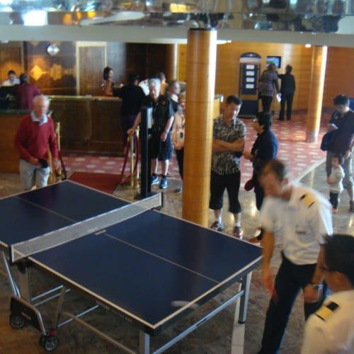 クルー対ゲストの卓球大会 | 客船セレブリティ・センチュリーの乗客、クルー、アクティビティ