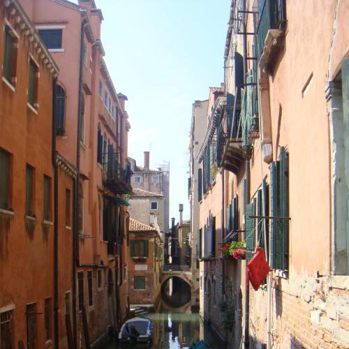 ベニスの本当の魅力とは、こういう路地裏的な狭い運河の一角かも。 | ヴェネツィア