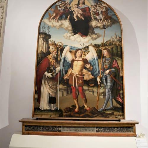 悪魔を踏みつける「大天使ミカエル」様が真ん中に描かれている | アンコーナ