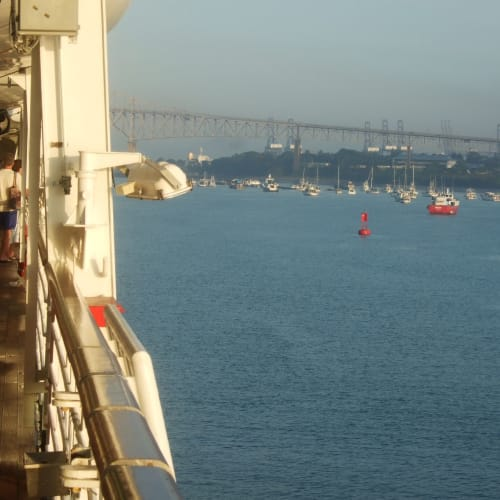 パナマ運河へ入る  前方はパンアメリカンハイウェーの走るセンテニアルブリッジ | パナマ運河での客船アムステルダム