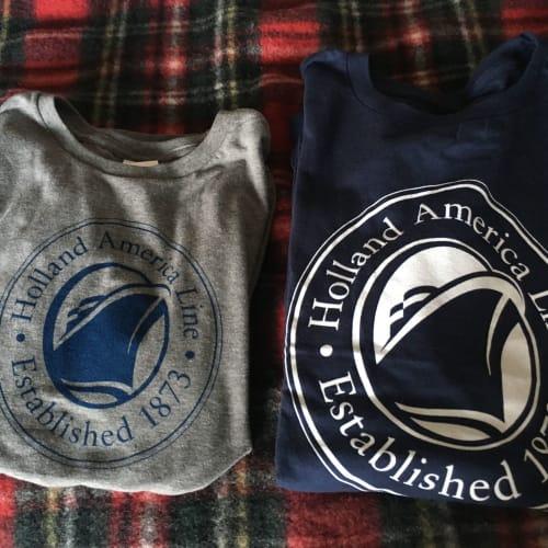 チェックのブランケットと、他の船では買ったことないけど、Buy one get one free だったので買ってもらったTシャツ