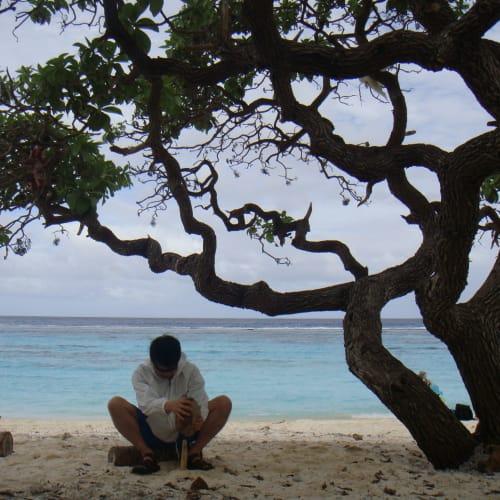 マレ島、タディーヌ。。 落ちていた椰子の実を割ろうとしたが、そこら辺に転がっている物だけではできなかった。サバイバー失格。 | タディーヌ(マレ島)