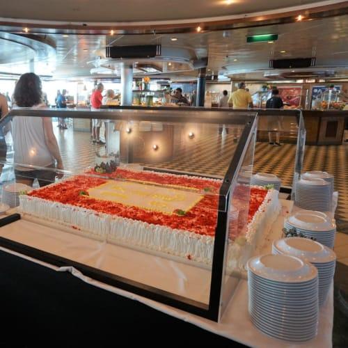 ランチタイムのウィンジャマーには必ず登場していた巨大なケーキ。 アンセムでも見かけたし、定番になってきてるのかな?