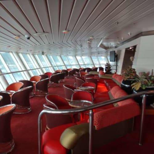 眺めの良いラウンジです。カクテルを飲みながら、ここでのんびりフィヨルド見物。 | 客船プルマントゥール・モナークの船内施設