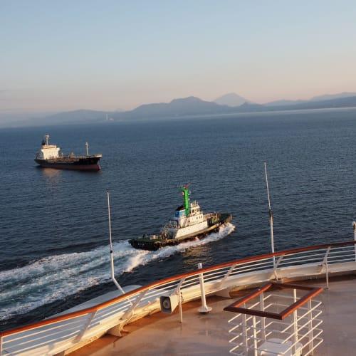 翌朝、クルーザーは室蘭港を目指します。遠望できる山は羊蹄山。 | 客船サン・プリンセスの船内施設