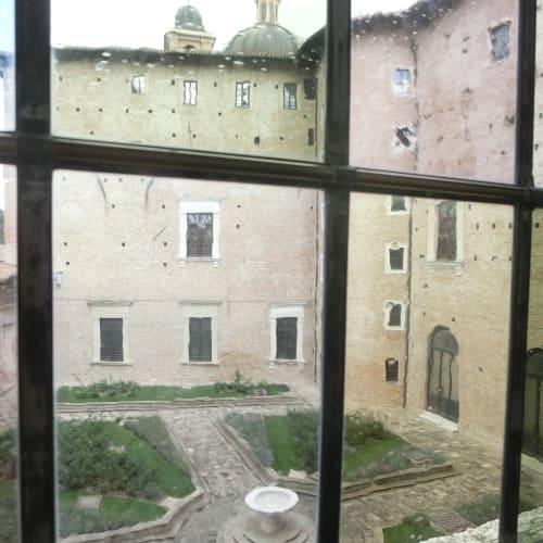 ドゥカーレ宮殿の中庭 窓ガラスもクラシック | アンコーナ