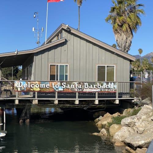 サンタバーバラはテンダーボートの桟橋を渡ればすぐにダウンタウンです。 | サンタバーバラ(カリフォルニア州)