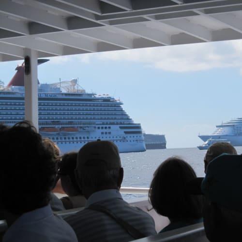 グランドケイマン。大型船が4隻程並んでました。 | ジョージタウン(ケイマン諸島)