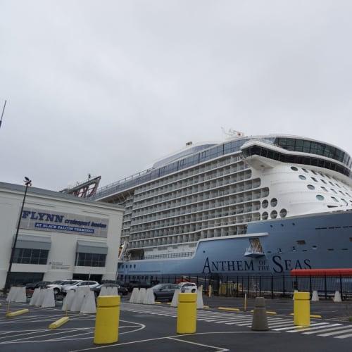 クルーズターミナルよりもかなり大きいアンセム | ボストン(マサチューセッツ州)での客船アンセム・オブ・ザ・シーズ
