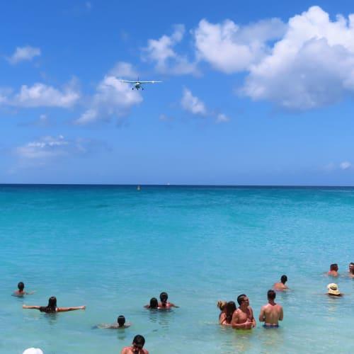 暑いので海に入りながら飛行機を待つ人達