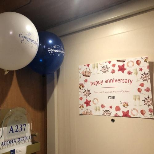 船に戻るとお部屋にアニバーサリーの飾り付けが❤️ 結婚記念日なのでメッセージも置いてありました!ありがとうございます😊 | 客船ダイヤモンド・プリンセスの客室