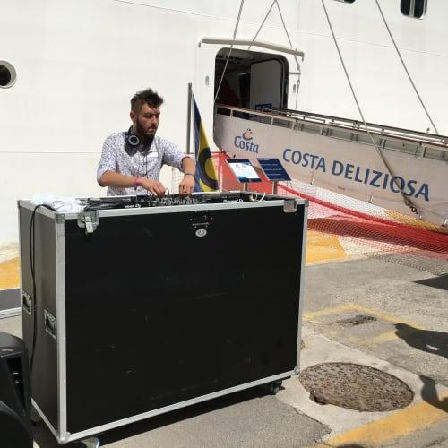DJが出迎え | ケルキラ島(コルフ島)での客船コスタ・デリチョーザ