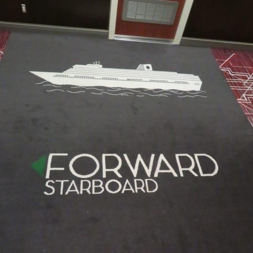 船首方向を示す廊下のジュータン・マット | 客船ニュー・アムステルダムの船内施設