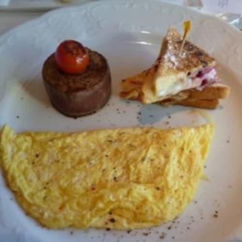 特別な朝食のプレゼント。トリュフ入りのオムレツ。 | 客船クリスタル・セレニティのダイニング、フード&ドリンク