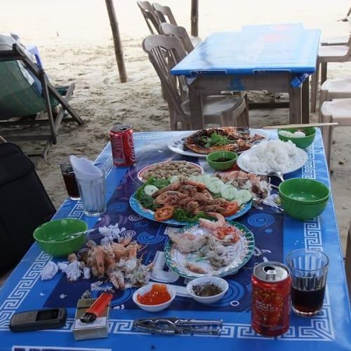 砂浜に設けられたオンボロレストラン。ただし、料理は豪勢。結局の所、此処で財布をはたく羽目に陥った。 私にとってのダナン大激戦の一コマです。 | ダナン