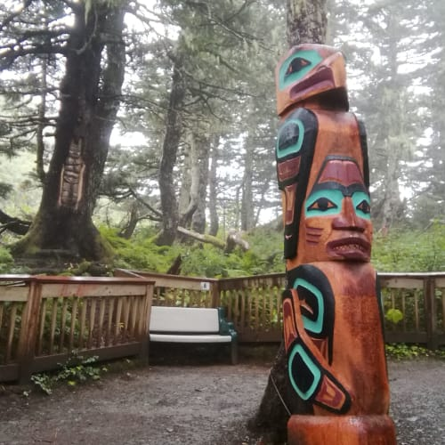 ジュノー ロバート山の遊歩道に置かれていたトーテムポール | ジュノー(アラスカ州)