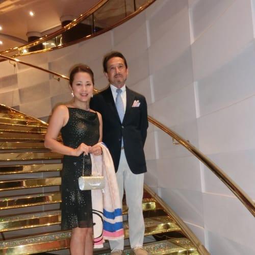 スワロフスキーの豪華絢爛な階段 1週間のクルーズ中、2回ドレスコードがフォーマルの日があった。 | 客船MSCディヴィーナの乗客、船内施設