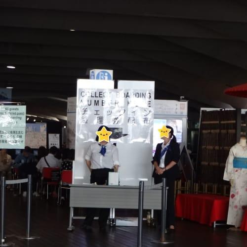 午前10時少し前に乗船整理券の配布が始まりました。 Eチケットを持って、今ここに来ている人数分だけ整理券が渡されます。  中華街や山下公園を散策するなり、ホテルに戻るなり・・・ 12時頃に乗船スタートです。 | 横浜