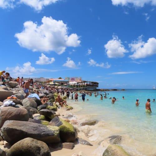 セントマーティン島のマホビーチ、場所によっては海に浸からないと先のレストランへ行けませんでした。