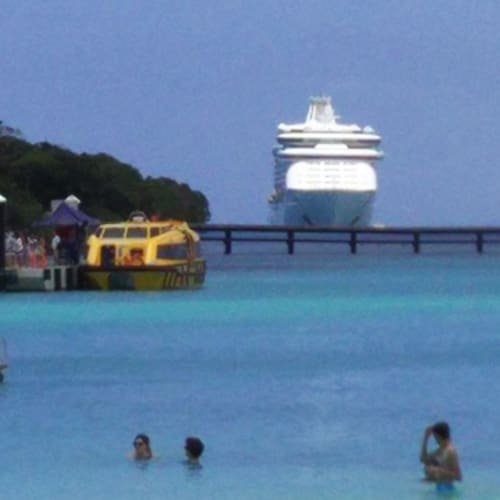 イル・デ・パンから見たExplorer of the Seas。 | イル・デ・パン(ニューカレドニア)での客船エクスプローラー・オブ・ザ・シーズ