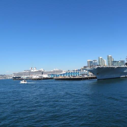 ニューアムステルダムと空母ミッドウエーのツーショット | サンディエゴ(カリフォルニア)での客船ニュー・アムステルダム