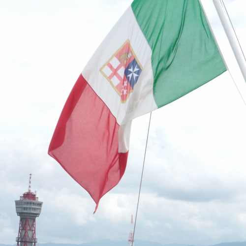 福岡港に停泊中。 イタリア国旗がはためいて   福岡での客船コスタ・ネオロマンチカ