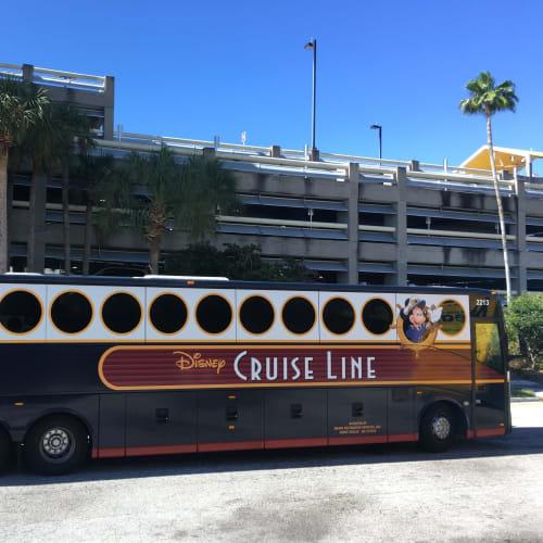 オーランド空港⇔ポートカナベラル/ディズニー間を結ぶシャトルバス (オーランド空港⇔ポートカナベラル間は有料でのサービスです) このバスを見ると、ワクワク感が増しますね! | ポート・カナヴェラル(フロリダ州)でのディズニー・クルーズ・ライン