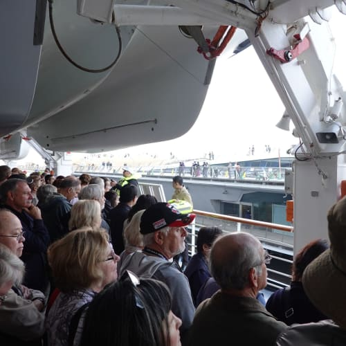 大桟橋出航前ドリルです   横浜での客船ウエステルダム