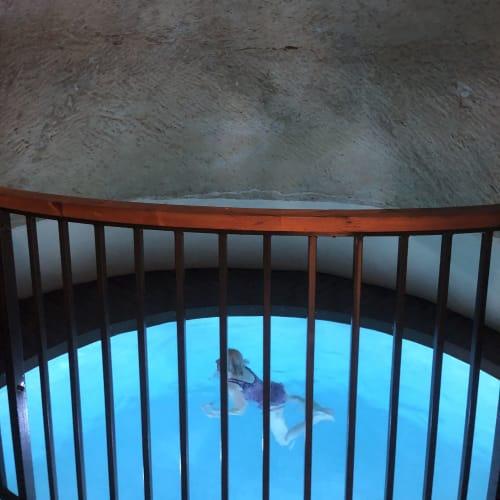 ここを試してみたくて、このホテルに決めました。 地下に洞窟プールがあります。水は冷たいです。 外国人の方にモデル?になってもらいました。