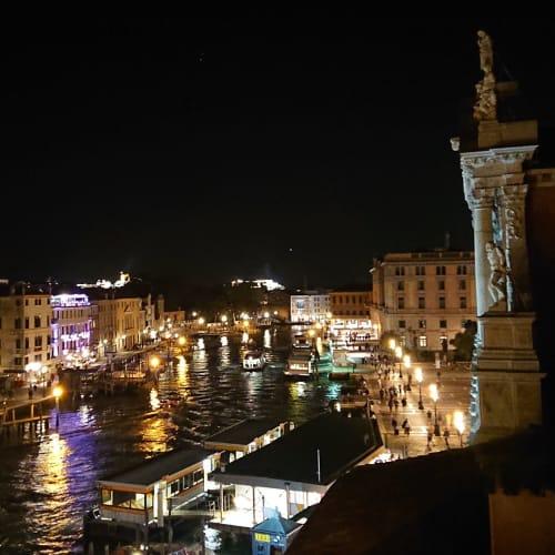 この後、無事に友人たちと出会えてヴェネチア地元料理を一緒に食べ、島内を散策した 彼のフランス人の友人も初めてのヴェネチアを堪能していた こうして日伊仏3国の集いも楽しく終え、部屋に戻ると又素晴らしい夜景が待っていた | ヴェネツィア