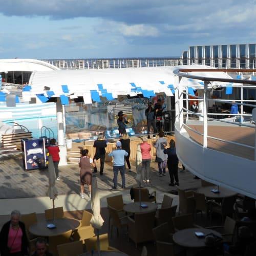 11月でも皆さん元気ですね   客船MSCシンフォニアの乗客、船内施設
