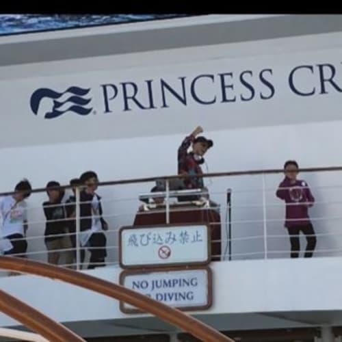 DJと一緒に踊る子ども達。DA PUMPのUSAを踊ってます。 この年齢からクルーズ慣れ出来るなんていいですね♪ | 客船ダイヤモンド・プリンセスの乗客、アクティビティ、船内施設