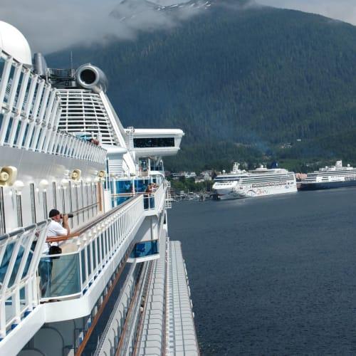 アラスカベストシーズン、ケチカンにはノルウエージャン、ホーランドアメリカライン等々のクルーズ船が接岸中 | ケチカン(レビジャヒヘド諸島 / アラスカ州)での客船サファイア・プリンセス