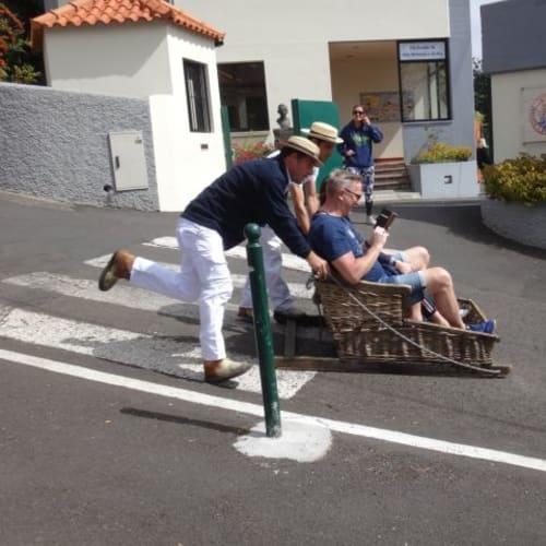 モンテから手押しソリで降りる名物トボガン。これに乗るエクスカーションも出ていました。私たちは見るだけ。 | フンシャル(マデイラ諸島)