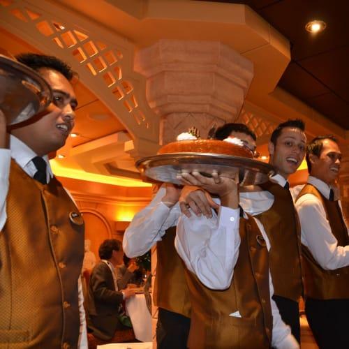 陽気なレストランスタッフたち | 客船MSCディヴィーナのダイニング、クルー