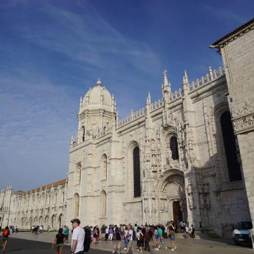 10時オープンの前に並びます。 手前の列はジェロニモス修道院の礼拝堂です。 修道院には必ず入りたいのでその先にあるチケット売り場に並んで購入。 自動券売機(カード可)での購入です。 | リスボン