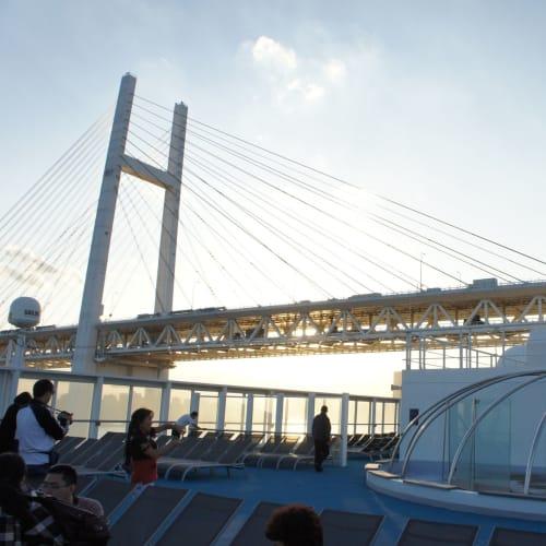 横浜出港のハイライト、レインボーブリッジ通過 | 横浜での客船コスタ・ビクトリア