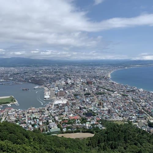 函館山からの眺望は夜景が有名ですが、混雑を避け日中に訪れました。そのせいか、日曜でしたが人も少なくのんびり過ごせました。 | 函館