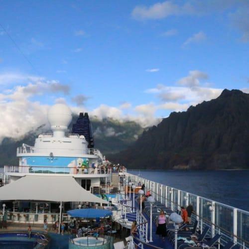 部屋のバルコニーより   客船プライド・オブ・アメリカの外観、船内施設