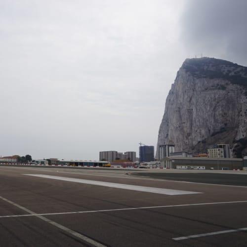 ジブラルタル空港とジブラルタルロック。 車道と滑走路が交差するのも見納めです。 | ジブラルタル